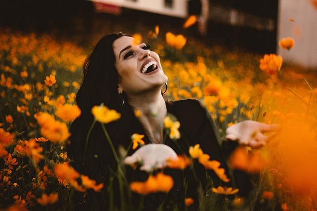 Glück und Zufriedenheit ausstrahlen